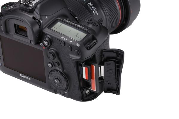 EOS-5D-Mark-IV-Detail-Dual-card-slots-Beauty-02