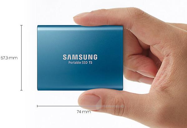 Samsung-T5-hand