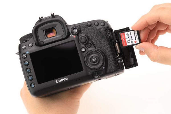 sd-card-manfrotto-memory-cards-hand